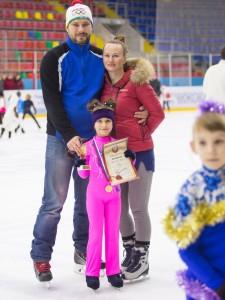 Дети и родители вместе на льду